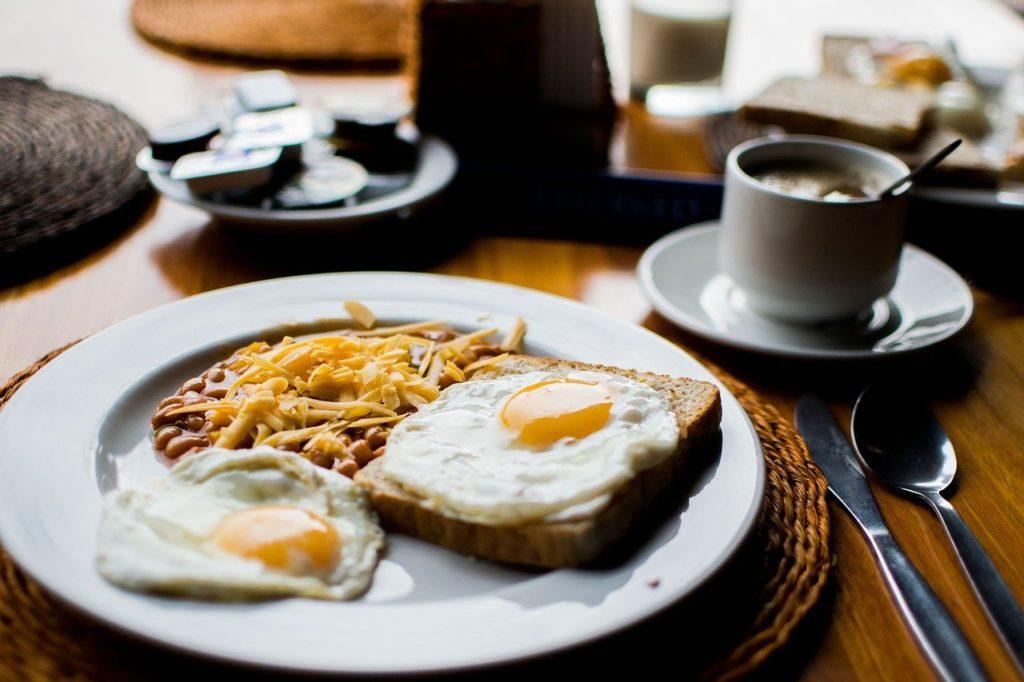 朝ごはん 朝食 コーヒー 目玉焼き 卵 食パン