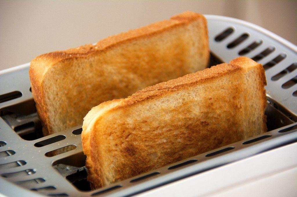 焼きたてのトースト トースター こんがり焼けた食パン 食パン