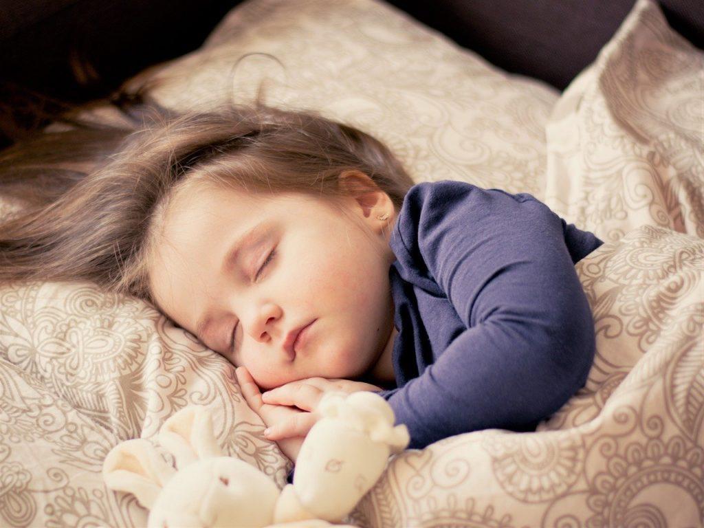 寝ている子供 病気の子供