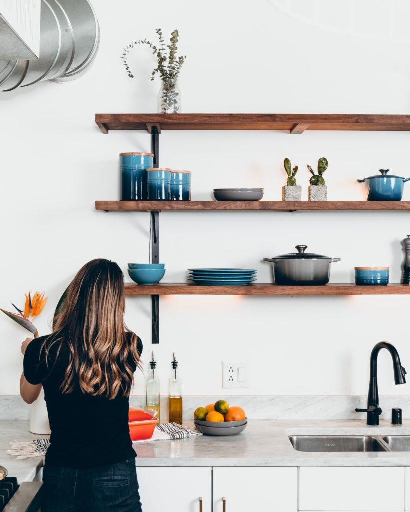 料理する女性 キッチン