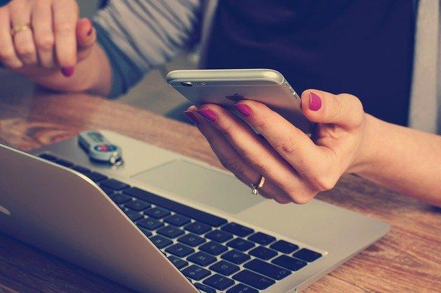 携帯 パソコン 女性