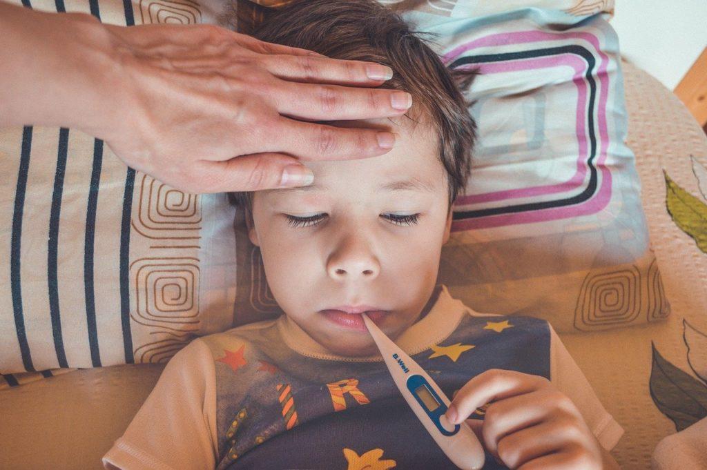 熱を測る子供 病気