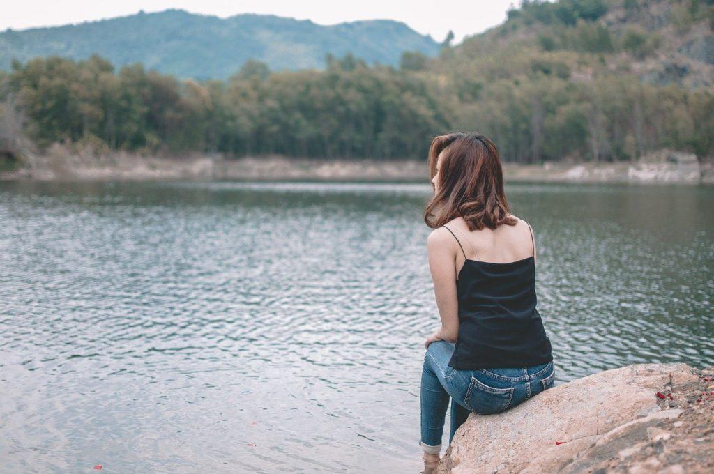 女性 辛い 湖 佇む