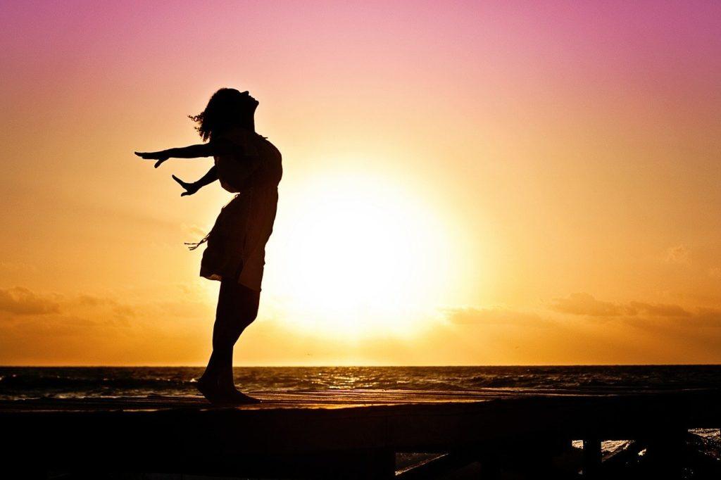 幸せ 女性 湖 夕日