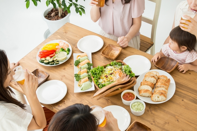 食事風景 女性 生春巻き 野菜 サラダ