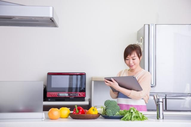 キッチン 女性 タブレット レシピ検索 野菜