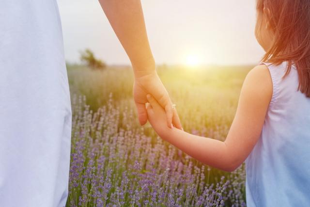 母 子供 お花畑 手を繋ぐ 娘 お母さん