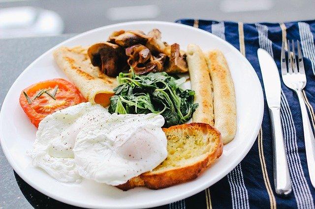 朝食 卵 パン ソーセージ 焼きトマト ほうれん草