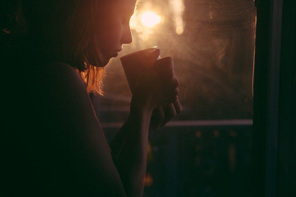 女性 日没 コーヒー 悩み