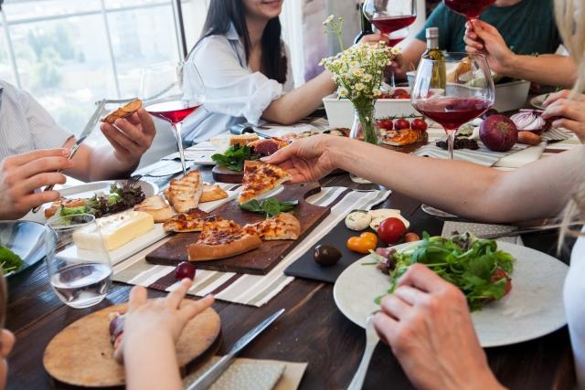 食事 ピザ 家族 サラダ ワイン