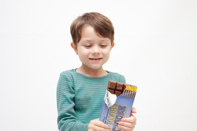 男の子 小学生 チョコレート 食べる