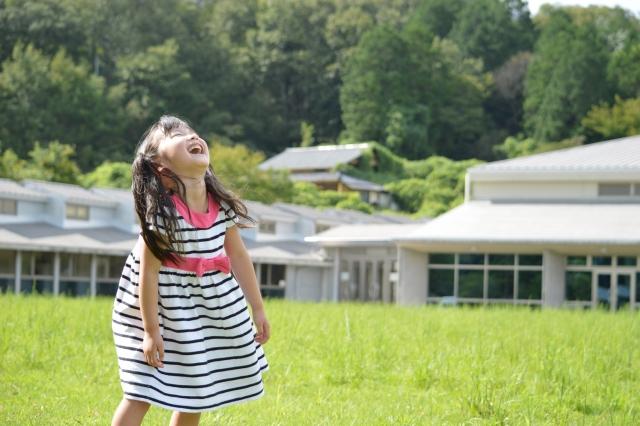 笑う女の子 自然 芝生 山 ワンピース