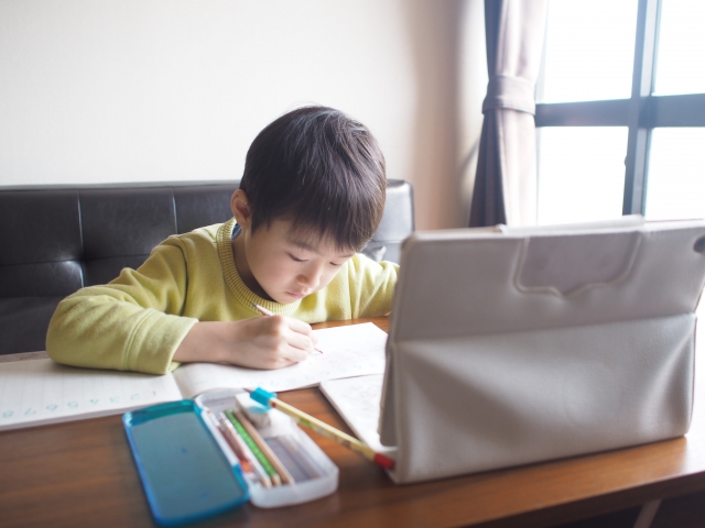 子供 自宅学習 タブレット学習 オンライン授業