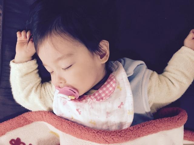 赤ちゃん 眠る おしゃぶり