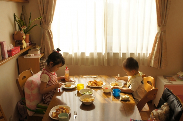 子供 ご飯 朝食 食べる 兄弟 食卓