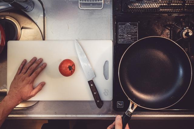 フライパン まな板 トマト 包丁 キッチン