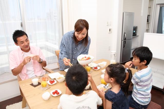 家族での食事 サラダ 子供 お父さん お母さん