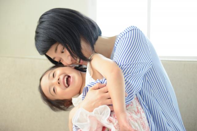 お母さん 子供 抱きしめる 女の子