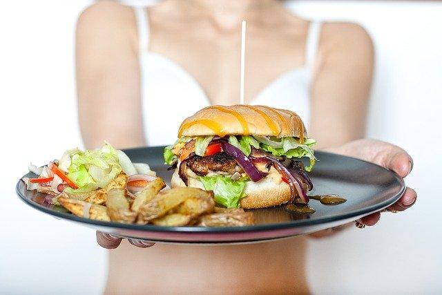 女性 お皿 ポテト ハンバーガー