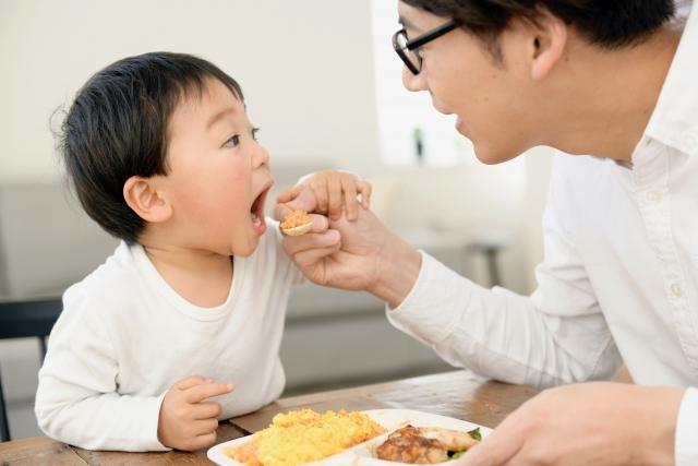 お父さん 子供 ご飯を食べさせる スプーン