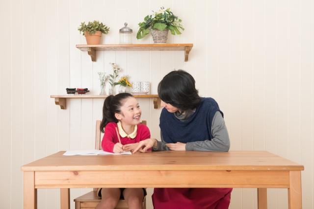 リビング学習 女の子 お母さん 勉強