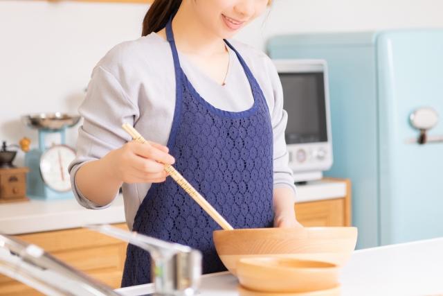 女性 キッチン 料理 ボウル お箸