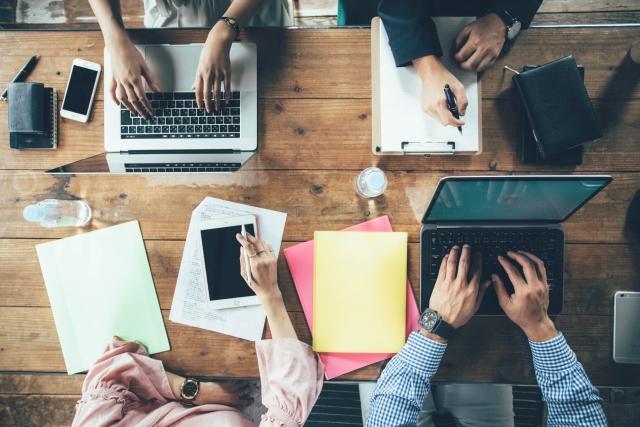 オフィス 手元 会議 男性 女性 パソコン タブレット