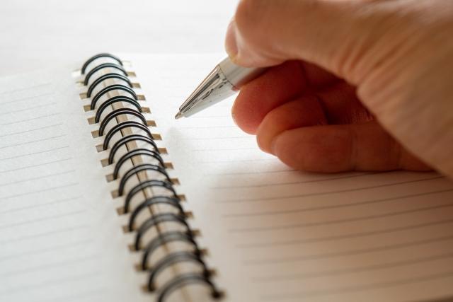 メモを取る 手元 メモ帳 ボールペン
