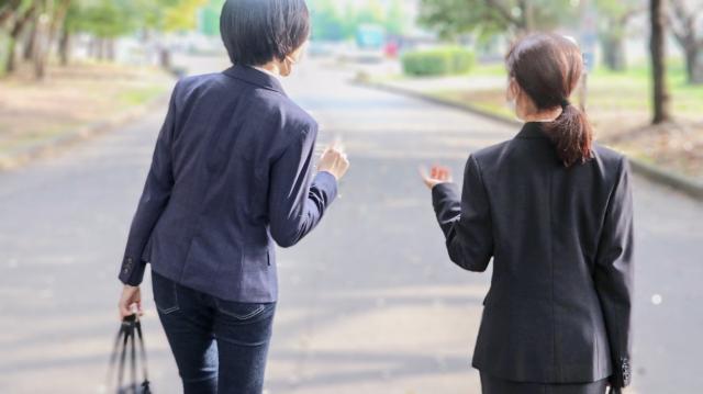 女性 スーツ 営業 二人