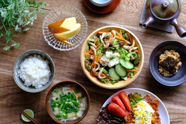 食卓 サラダ お味噌汁 ご飯 りんご 納豆 チキン南蛮