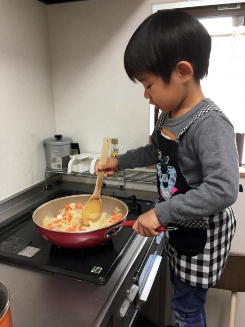 男の子 料理 炒める フライパン 木べら